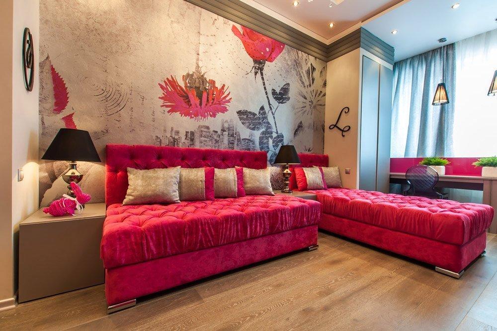 Диван и кровать с одинаковым дизайном в спальне