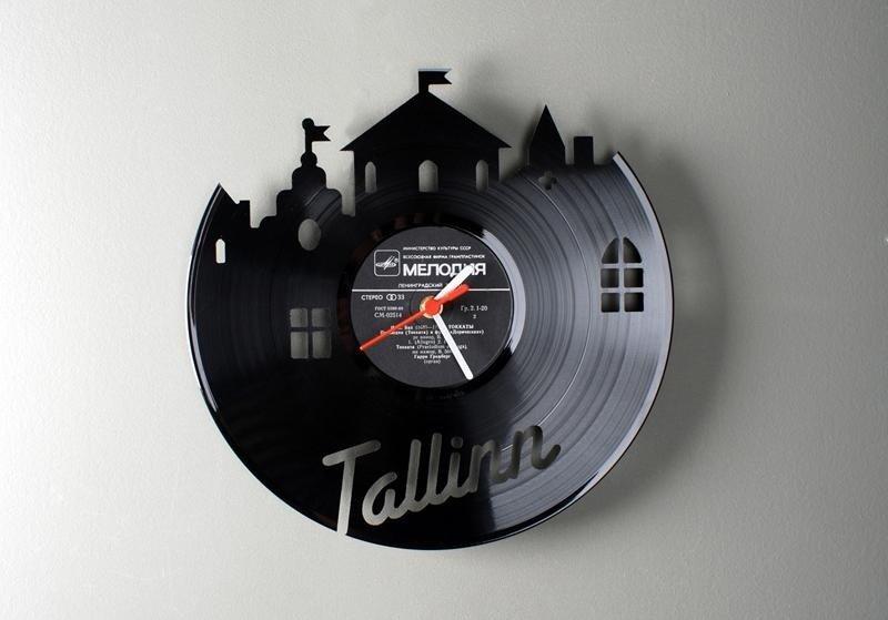 Часы из пластинки в виде замка
