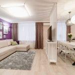 Фиолетовая стена с белыми картинами в гостиной