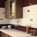 Дизайн кухни с белой и бардовой плиткой