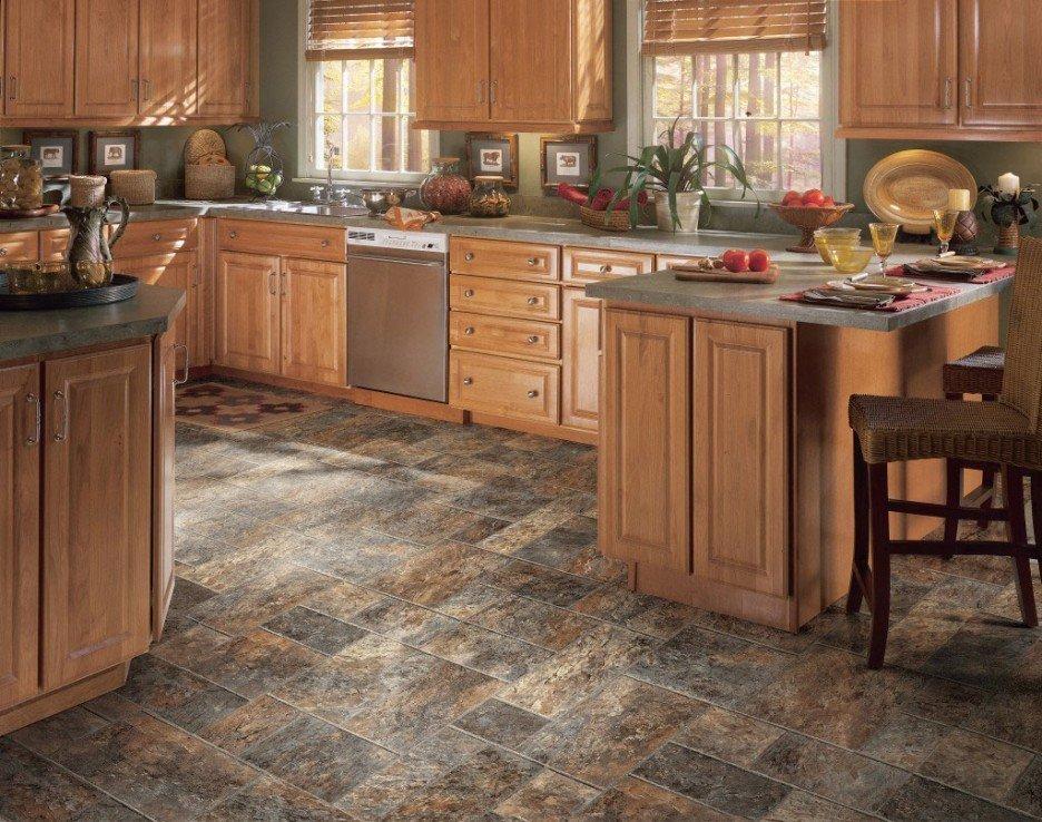 Плитка под дикий камень на полу кухни