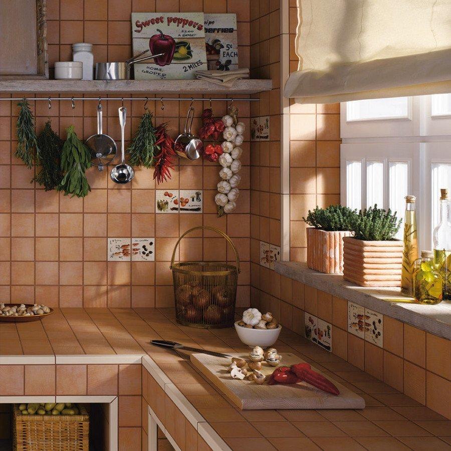 Плитка с рисунками на стенах кухни