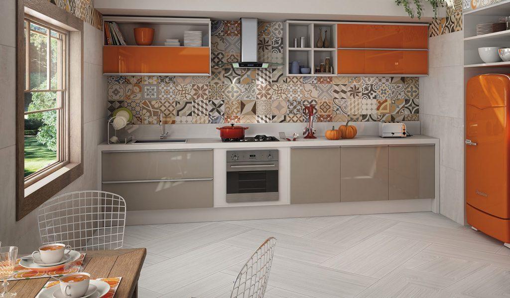Серо-оранжевая мебель в светлом интерьере кухни
