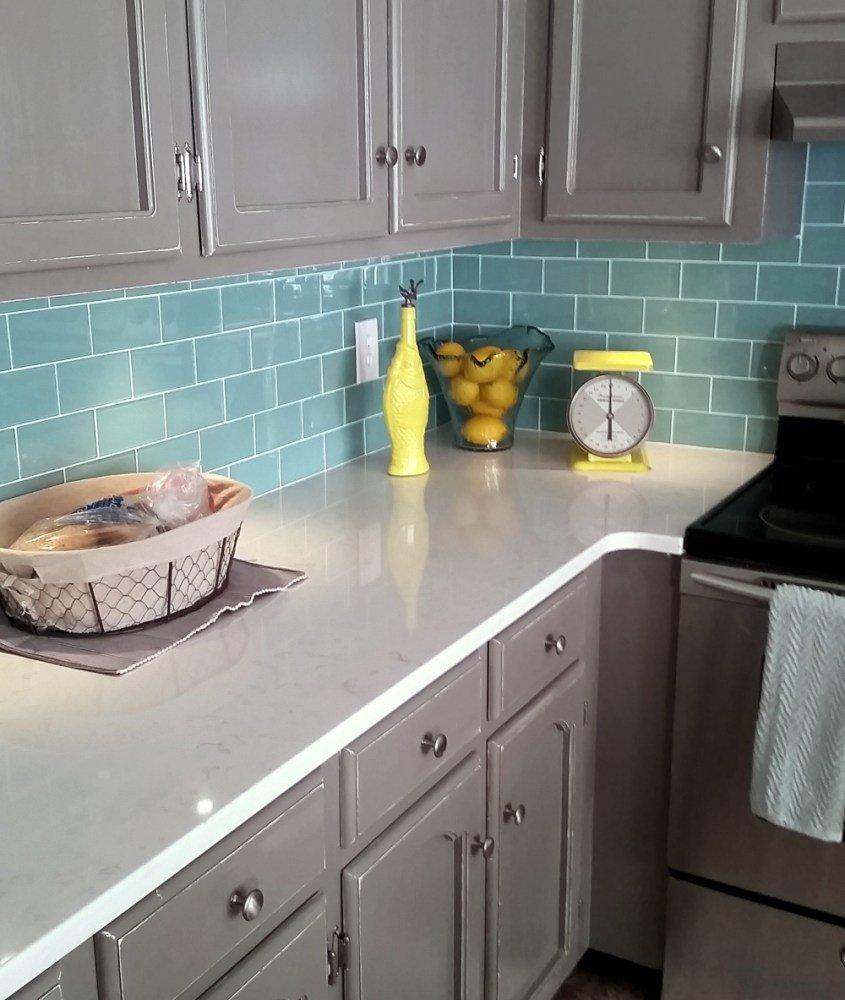 Бирюзовый фартук и серая мебель на кухне