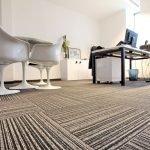 Интерьер с белыми стульями и столом