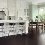 Белая кухня с темным полом