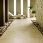 Керамическая плитка и камни на полу