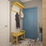 Желтая вешалка и скамейка в сером интерьере прихожей