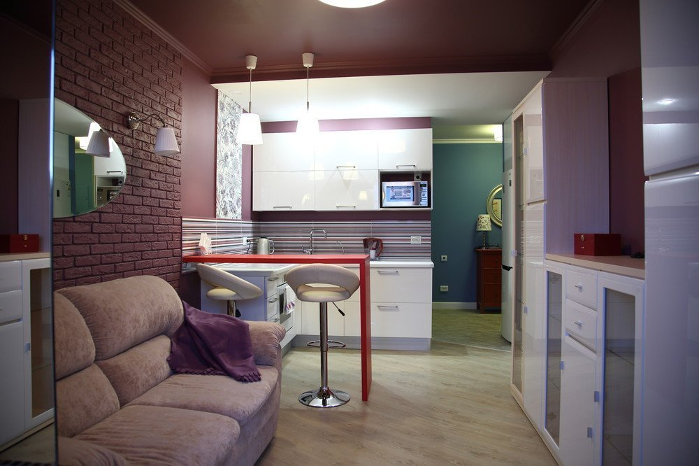Обои с текстурой под кирпич в интерьере квартиры-студии