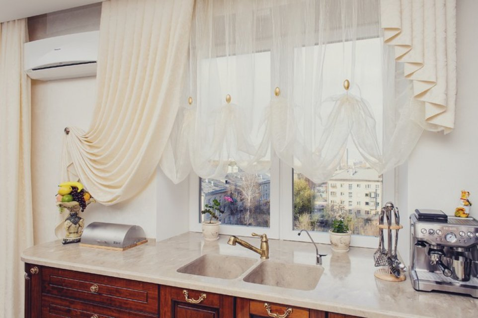 Австрийские занавески в интерьере кухни