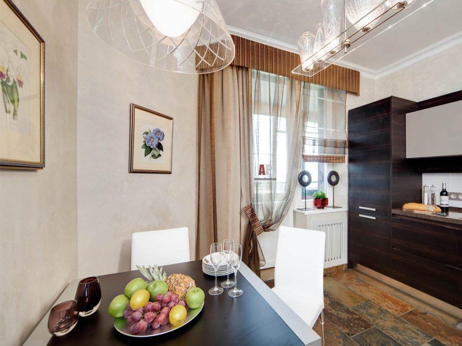 Интерьер кухни с занавесками на балконной двери