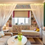 Римские шторы на окне спальни