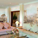Дизайн гостиной с фресками