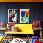Натуральные материалы в ярком интерьере гостиной