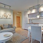 Модульная картина над диваном в кухне-гостиной