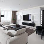 Светлый диван и черное кресло в гостиной