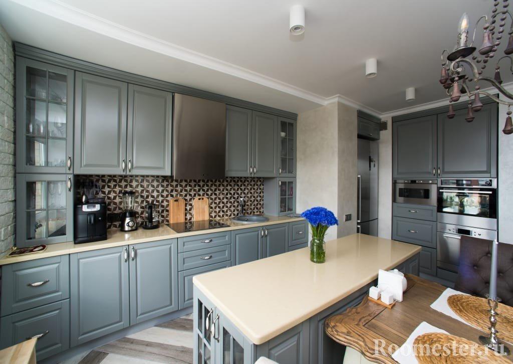 Мебель с серым фасадом на кухне