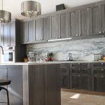 Интерьер кухни с оригинальными люстрами