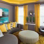 Сочетание серых стен и желтых штор в гостиной