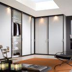 Шкаф с подсветкой в гардеробной