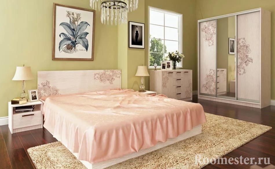 Шкаф-купе и витраж в спальне с мебелью одинакового дизайна