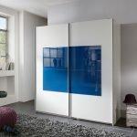 Белый шкаф-купе с синим квадратом
