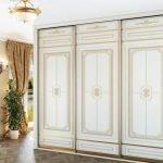 Белый шкаф-купе с золотыми узорами