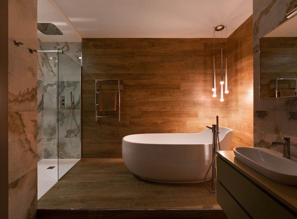 Дерево и мрамор в интерьере ванной