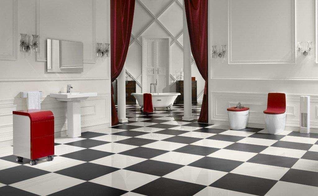 Интерьер ванной с шахматным полом из плитки