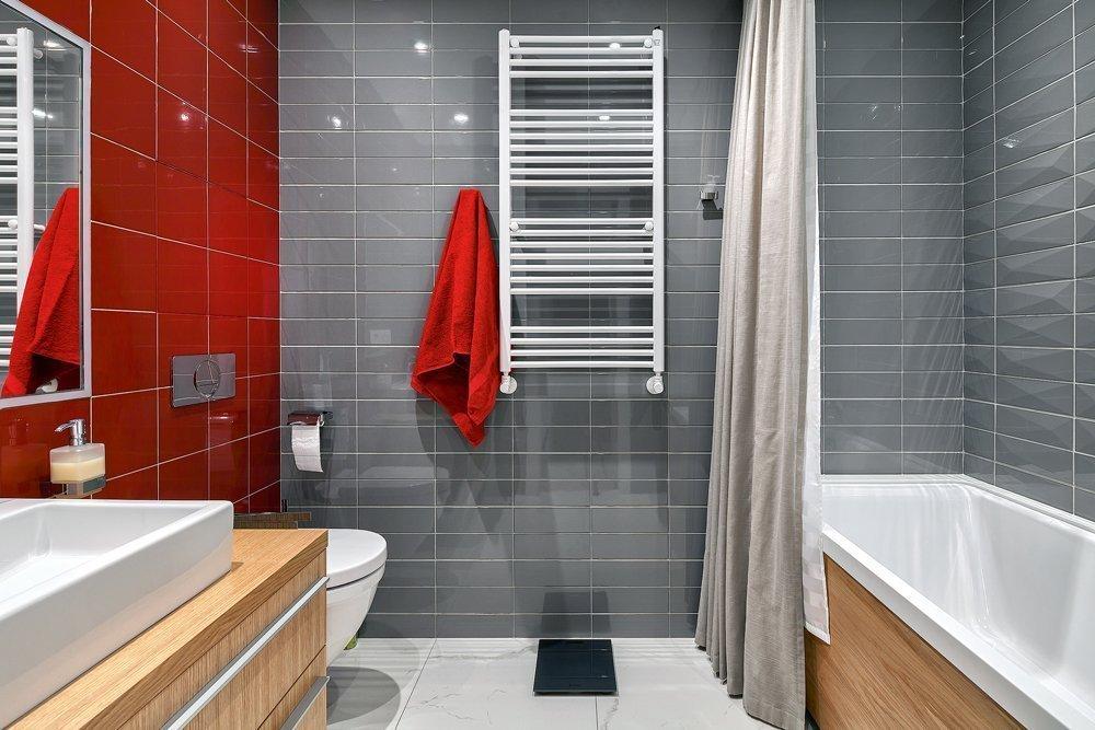 Красно-серые стены в ванной