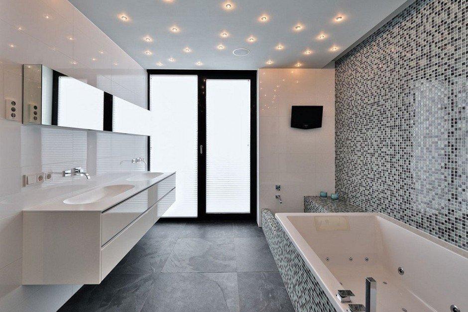 Звездное небо на потолке в ванной