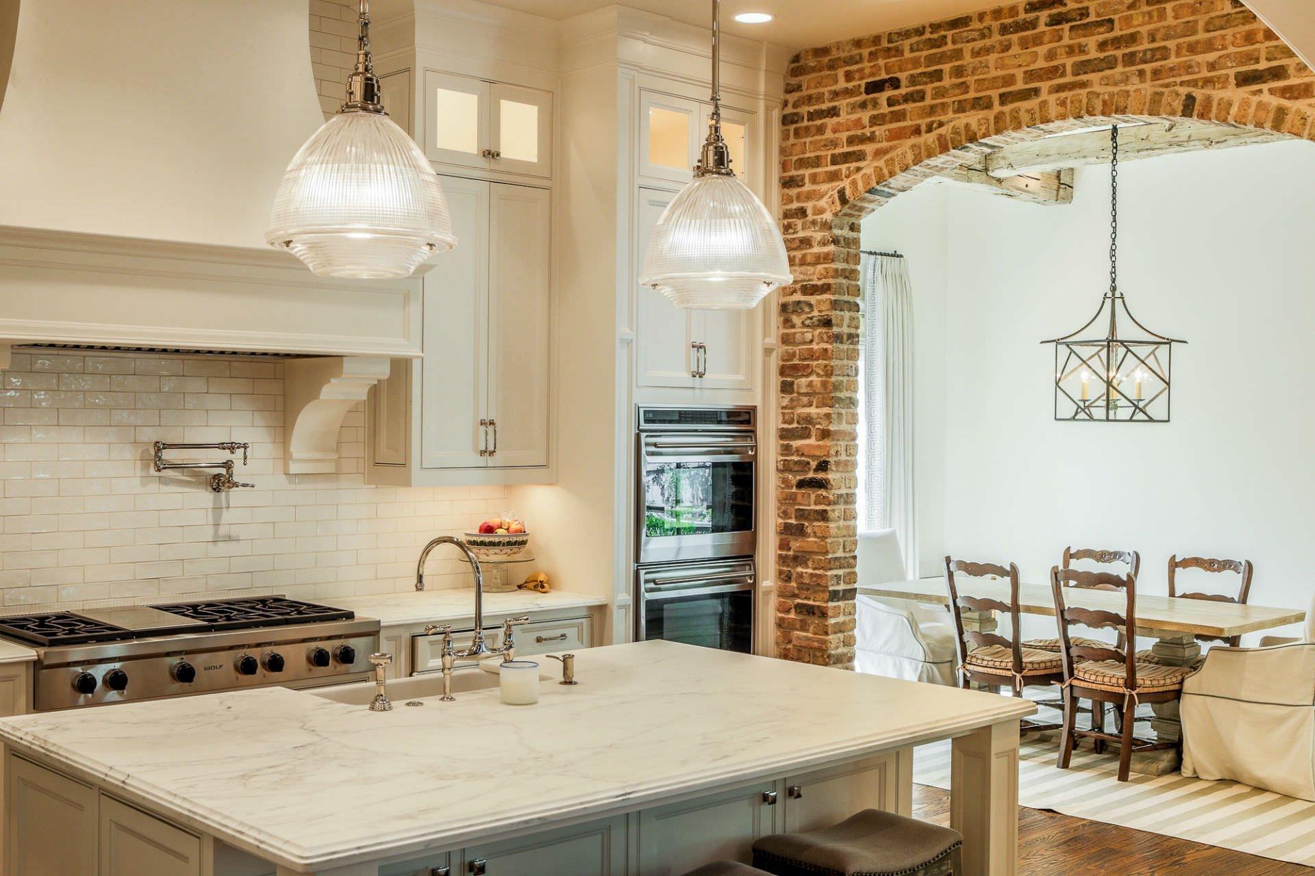 Красивая каменная арка на кухне