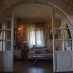 Широкая круглая арка в гостиной