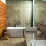 Ванная комната со стенами из бетона и дерева