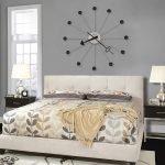 Оригинальные часы в изголовье кровати