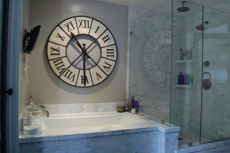 Часы в интерьере ванной