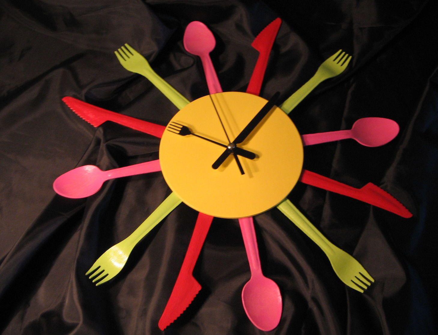 Часы из ложек и вилок
