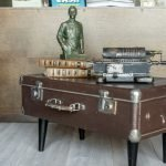 Декор из статуэтки, книг и пишущей машинки