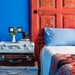 Сочетание синей стены и красного изголовья