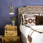 Светильник на стене у кровати