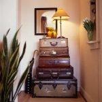 Лампа на чемоданах