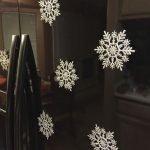 Снежинки на черном холодильнике
