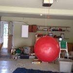 Далее расстилаем на полу полиэтилен и подвешиваем шар