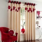 Красное кресло в белой комнате