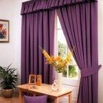 Светлый интерьер с фиолетовыми шторами