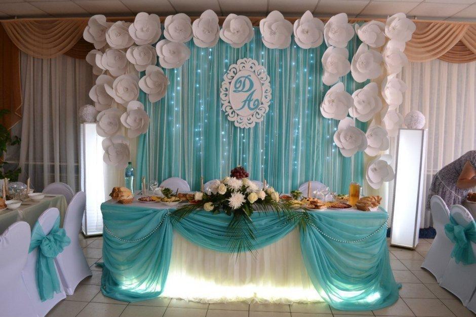 Белый и бирюзовый цвета в украшении свадебного зала
