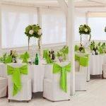 Зеленые банты на белых стульях
