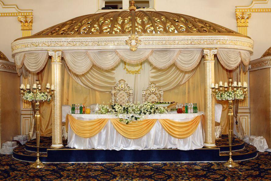 Стол жениха и невесты с шикарным оформлением