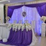 Бело-сиреневая скатерть на свадебном столе