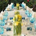 Голубые бокалы на свадебном столе